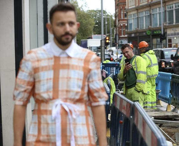 Комик вышел на улицу в клетчатом платье и попал в мир унижений. Люди засмеяли наряд, и дело не в сексизме