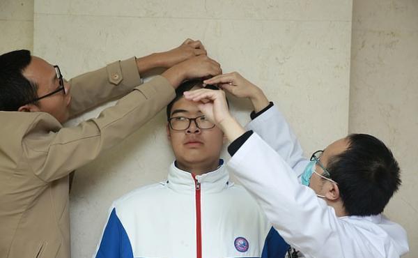 Школьник смотрит на одноклассников и учителей свысока. Но дело не в его характере, а в удивительной генетике