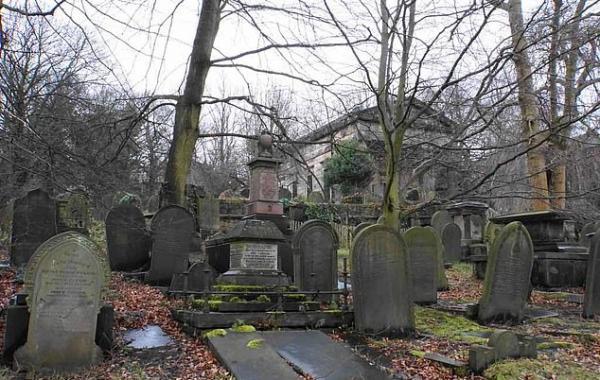 Компания хотела поймать призрака на кладбище. А узнали, почему феминизм должен быт победить ещё 170 лет назад