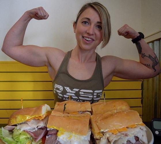 Бодибилдерша бросила спорт, чтобы съедать 20 порций за раз. Стоит взглянуть на её фигуру, понятно: всё не зря