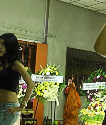 Танцовщицы из бара устроили пляски прямо на похоронах. Они не заблудились, им была рада даже скорбящая мать