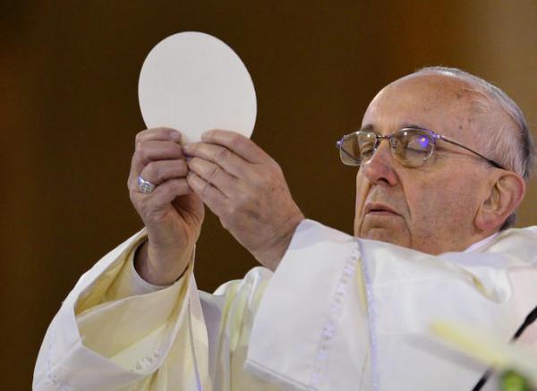 Папа Римский взял церковный хлеб и попал в небожеский мем. В этом шаблоне хороши как звери, так и герои анаиме