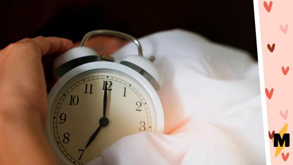 Парень ставил два будильника разницей в пять минут, но девушка не знала зачем. Узнав, она поняла: её бойфренд