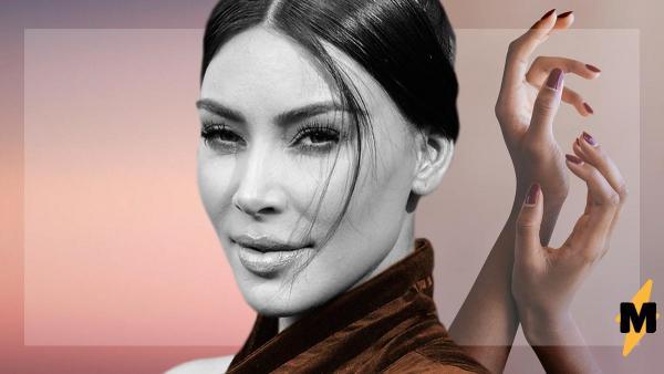 Ким Кардашьян на фото в купальнике «отфотошопила» правую руку. Но фаны уверяют – нужно только присмотреться