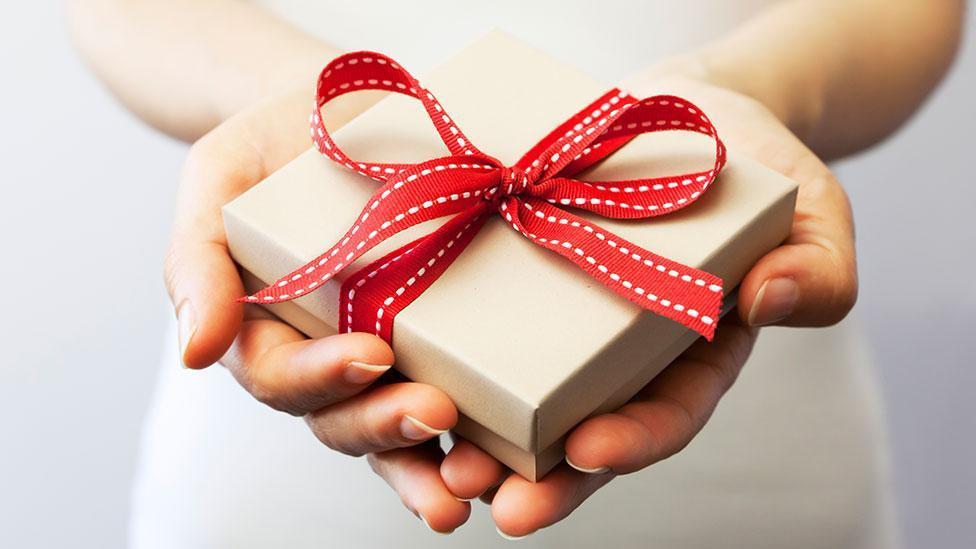 Жена была счастлива в браке, но всё испортил подарок мужа. С рукой и сердцем он предложил ей зубы бабушки