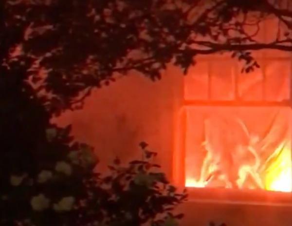 Семья украсила дом, и получилось просто огонь, буквально. Теперь соседи ежедневно вызывают к ним пожарных