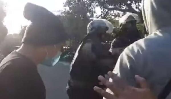Коп работал под прикрытием на протестах и перестарался. За блестящую игру он получил не Оскар, а по лицу от коллег