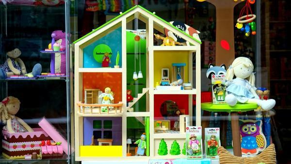 Блогерша показала жильё мамы и подарила людям загадку. Они не могут понять: это кукольный дом или реальный