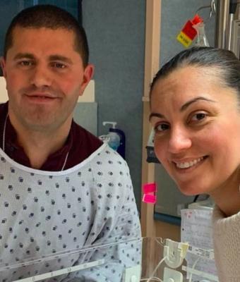 Семья год пыталась завести ребёнка, но отец растерялся, увидев дочь. Его реакция всё ещё делает жене больно