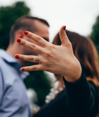 Парень сделал предложение девушке, но люди в ярости от его поступка. Место он выбрал самое неудачное из всех