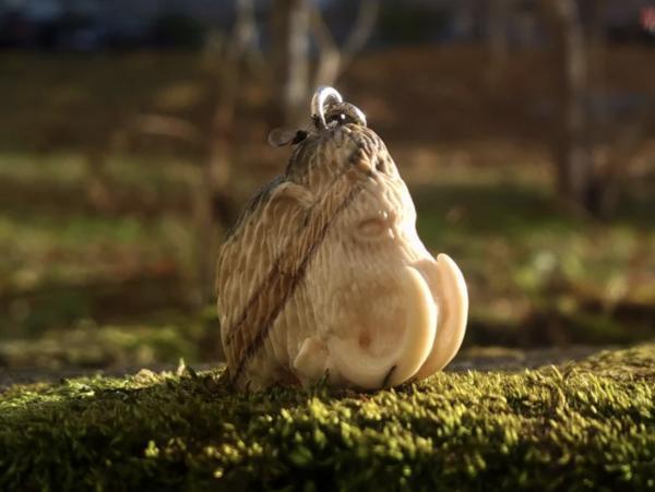 Девушка сделала украшение из бивня мамонта. Теперь она не понаслышке знает, чем пахнут кости древнего слона