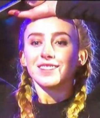 Гольфистка на шоу забила мяч в лунку, но приз ей не дали. Люди уверены: удар был точен, а девушку подставили