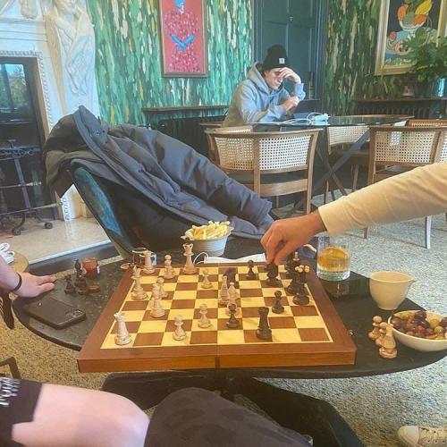 Люди играли в шахматы, а потом заметили самого грустного пацана в мире. Этим парнем был Роберт Паттинсон