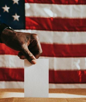 Реддитор похвастался отцом, впервые проголосовавшим, но никто не рад. Все смотрят на его грудь, и они смущены