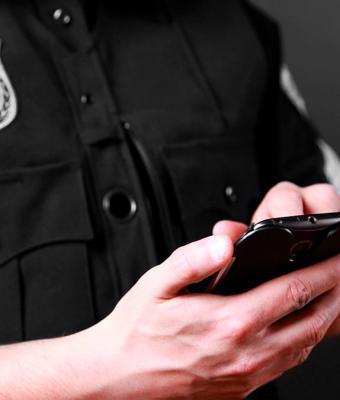 Коп проверял телефон нарушителя и залез не в ту папку. Любопытство мигом поменяло его с подозреваемым местами