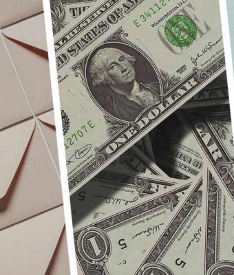К женщине подошла незнакомка и отдала конверт с деньгами. Раскрыв его, та стала счастливее, но не из-за купюр