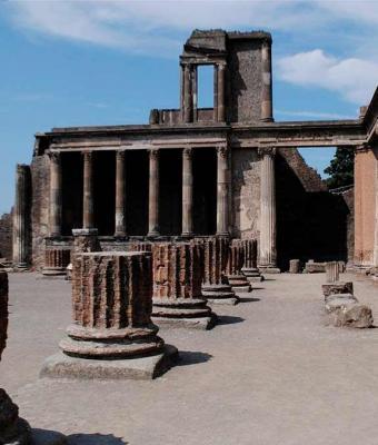 Туристка украла артефакты из Помпеи и вернула их через 15 лет. Это не совесть: она уверена — реликвии прокляты