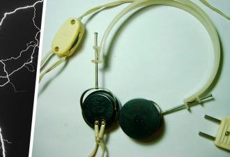 Экспериментатор узнал, что будет, если воткнуть наушники в розетку. У тока есть звук, но он вам не понравится