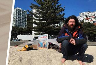 Полиция восемь лет не может выгнать с пляжа протестующего мужчину. С чем он борется, не знает даже он сам