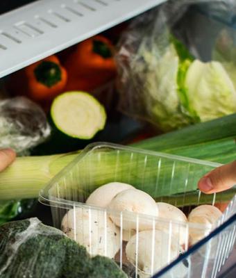 Женщина показала неизвестный контейнер в холодильнике и багнула людей. Похоже, мы использовали технику неверно