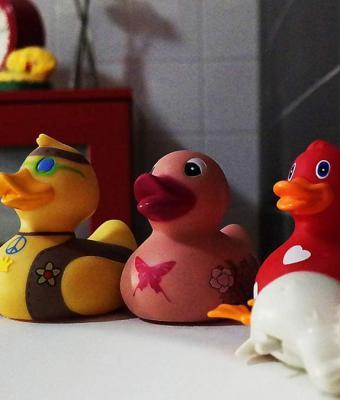 Мама показала, как выглядят игрушки для ванны изнутри, и люди хотят это забыть. Плюс ещё одна детская травма