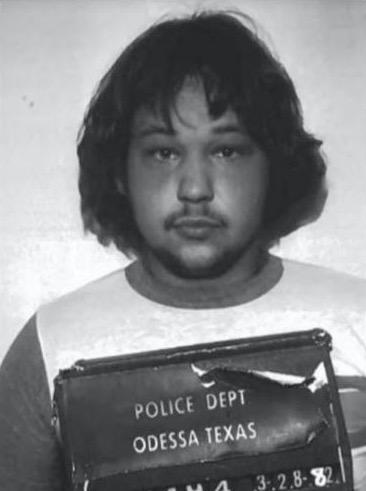 Мужчина бросил окурок на землю - и тут же попал под арест. Невинный жест раскрыл полиции тайну всей его жизни