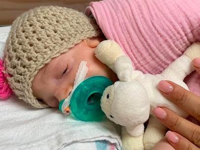 Супруги пытались завести ребёнка, но отец испугался, взглянув дочь. Его реакция делает жене больно - всё ещё