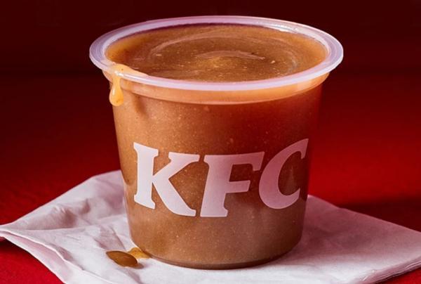 Работник KFC показал, как делается популярный соус. Любители курочки уверены: больше они его не закажут