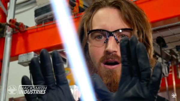 Инженер собрал выдвижной световой меч из «Звёздных войн» и разрезал шкаф. Люди верят: ему помогает Сила