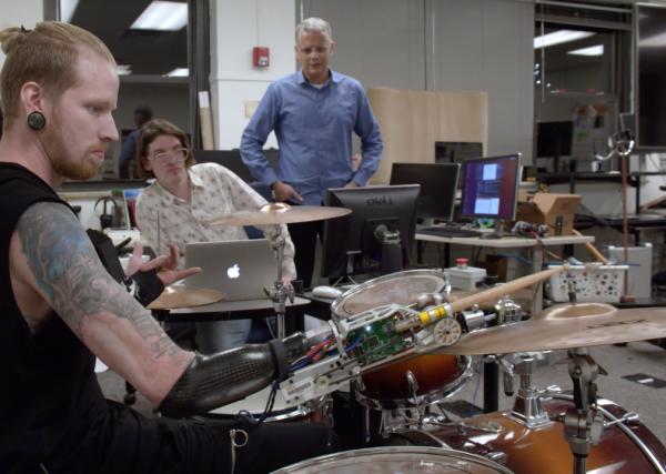 Парень потерял руку, но стал лучшим барабанщиком в мире. Правда, теперь он может возглавить восстание машин