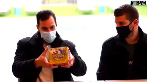 Инвестор решил приобрести уникальные карточки покемонов за чемодан денег. Но наблюдатели заметили неладное