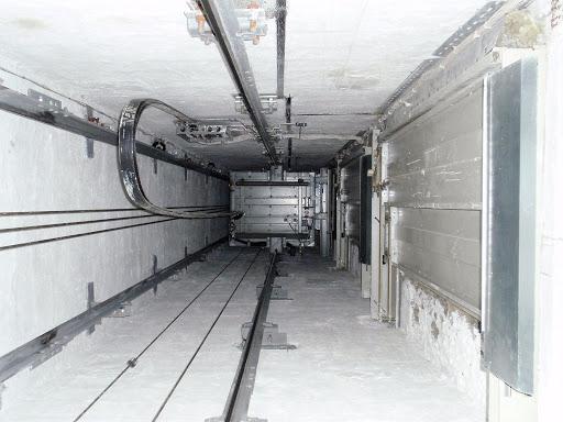 Лифтёры рассказали о том, что они находят на дне шахты лифта. Оказывается, упавшие ключи - это ещё не страшно