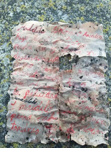 Парень нашёл на кладбище необычную куклу с запиской. Люди перевели её и повергли парня в шок - он в опасности