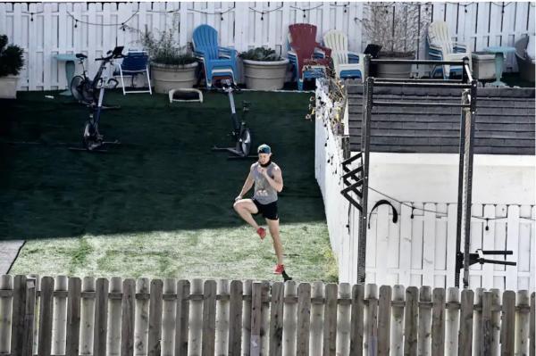 Старушка днями наблюдала за молодыми спортсменами из соседнего дома. Те сделали для неё послание во всю стену