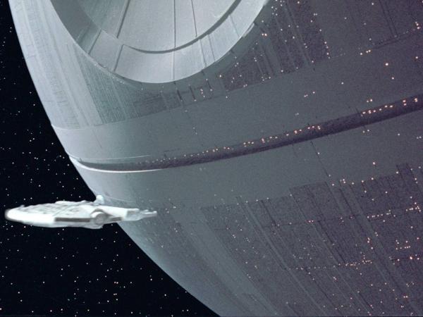 """Перелётные скворцы и ястреб воссоздали кадр из """"Звездных войн""""."""