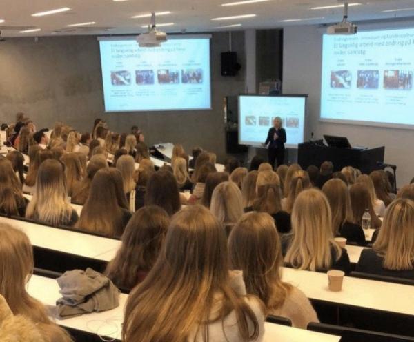 Фото показало, что особенного в скандинавских вузах. Это волосы местных девушек - они похожи на сбой в матрице