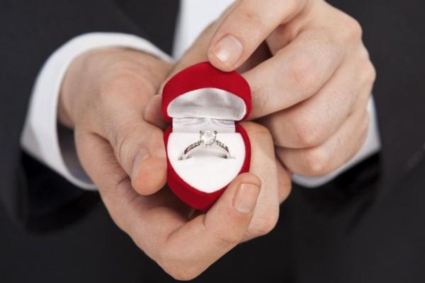 Невеста дождалась предложения о замужестве, но отказала жениху. Всё из-за имени, которое она увидела на кольце
