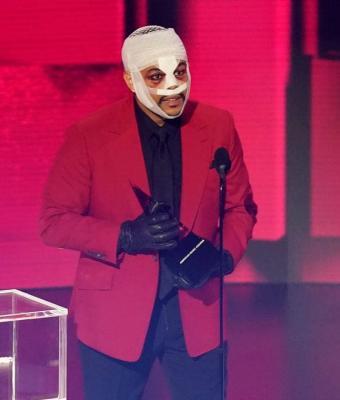 The Weeknd пришёл на AMA в бинтах и запутал зрителей. Но самые преданные фаны знают: это не просто мем-облик