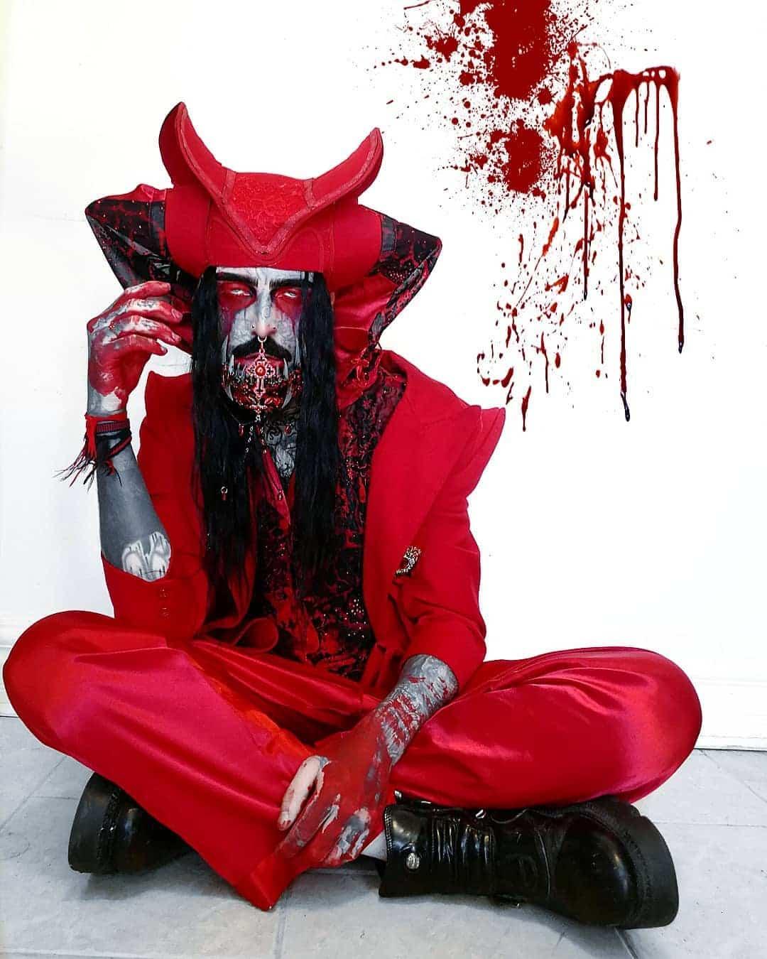 Парень мечтал стать вампиром и нашёл способ. Ничья кровь для этого не пригодилась - только чернила