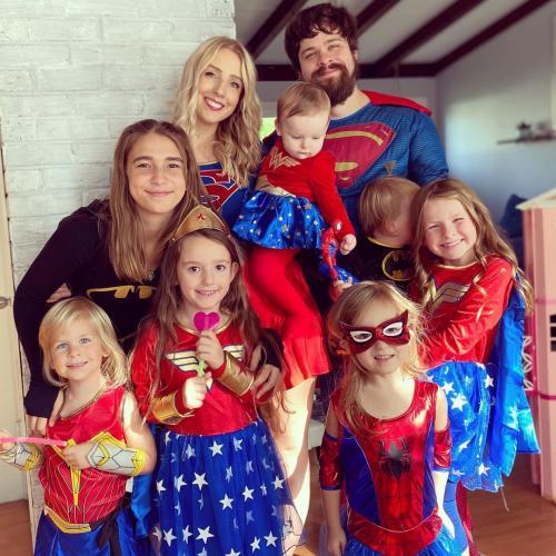 У девушки семь дочерей, а она выглядит как их сестра. Люди узнали её возраст и гадают, откуда у неё дети