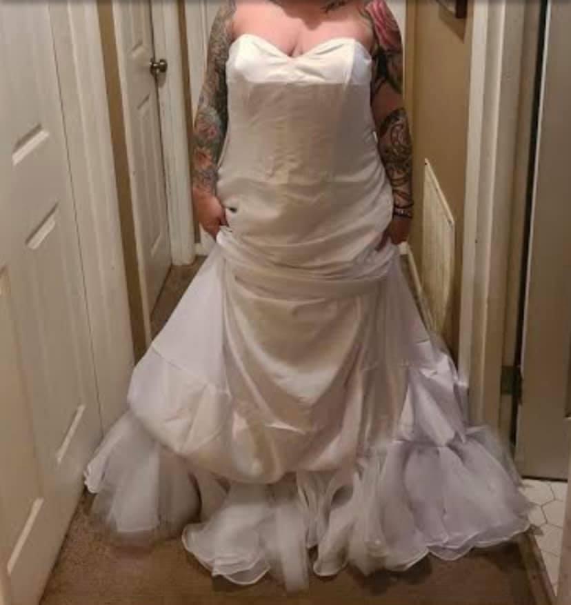 Невеста заказала ужасное свадебное платье, но зря пожаловалась продавцу. Ответ заставил её гореть от стыда