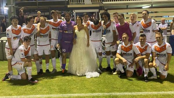 Жених сбежал со свадьбы, чтобы сыграть в футбол. Но развода не будет - невеста сама помчалась в платье на поле