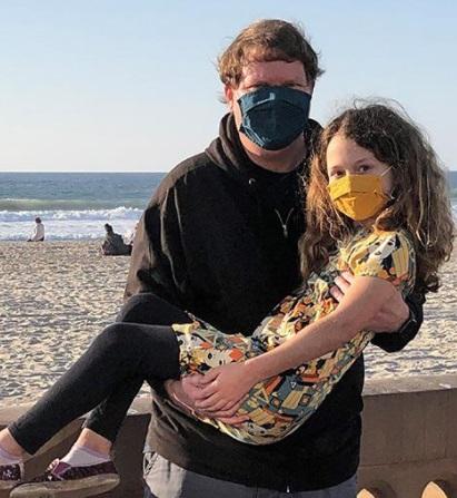 Отец и дочь 10 лет делали по традиции одно и то же фото. Правда, в 2020 году всё пошло немного иначе