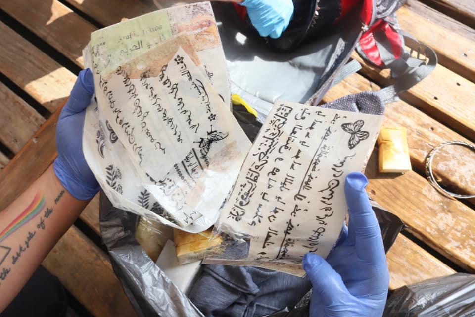 Спасатели нашли посреди моря рюкзак с вещами.