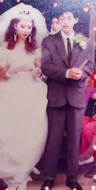 Сын показал фото родителей с разницей в 40 лет. Глядя на мать, люди верят: она явно стареет в обратную сторону