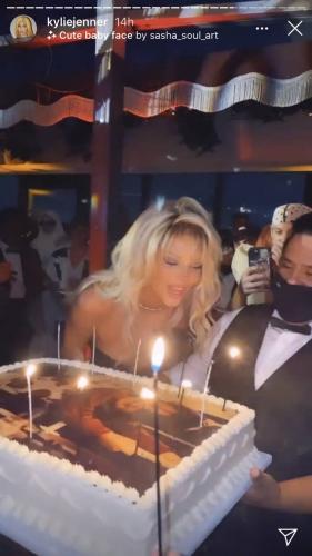 Кендалл Дженнер хотела засекретить свою вечеринку дня рождения, но не получилось. Люди снова