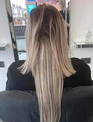 Девушка показала, что будет, если парикмахер сделает причёску, попивая джин. Можно остаться с иглой в голове