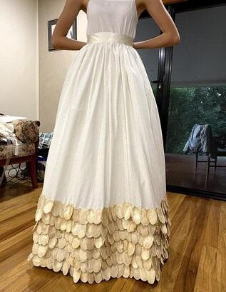Школьница сшила дико красивое платье и помогла этим природе. Такой наряд единственный в своём роде