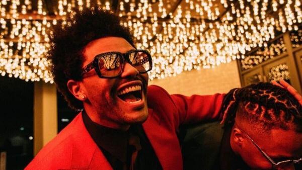 На Хеллоуин The Weeknd превзошёл сам себя и сильно «поправился». А фаны не смогли отличить реальность от грима