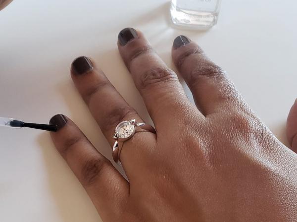 Женщина надела кольцо и сразу же стала женой.